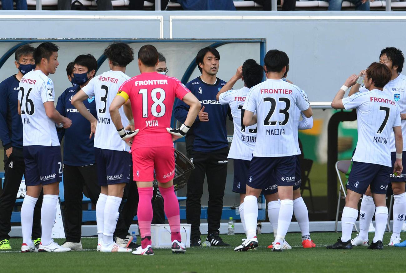 鳥栖対横浜FC 前半、横浜FC早川監督(中央)は飲水タイムでイレブンに指示を出す(撮影・岩下翔太)