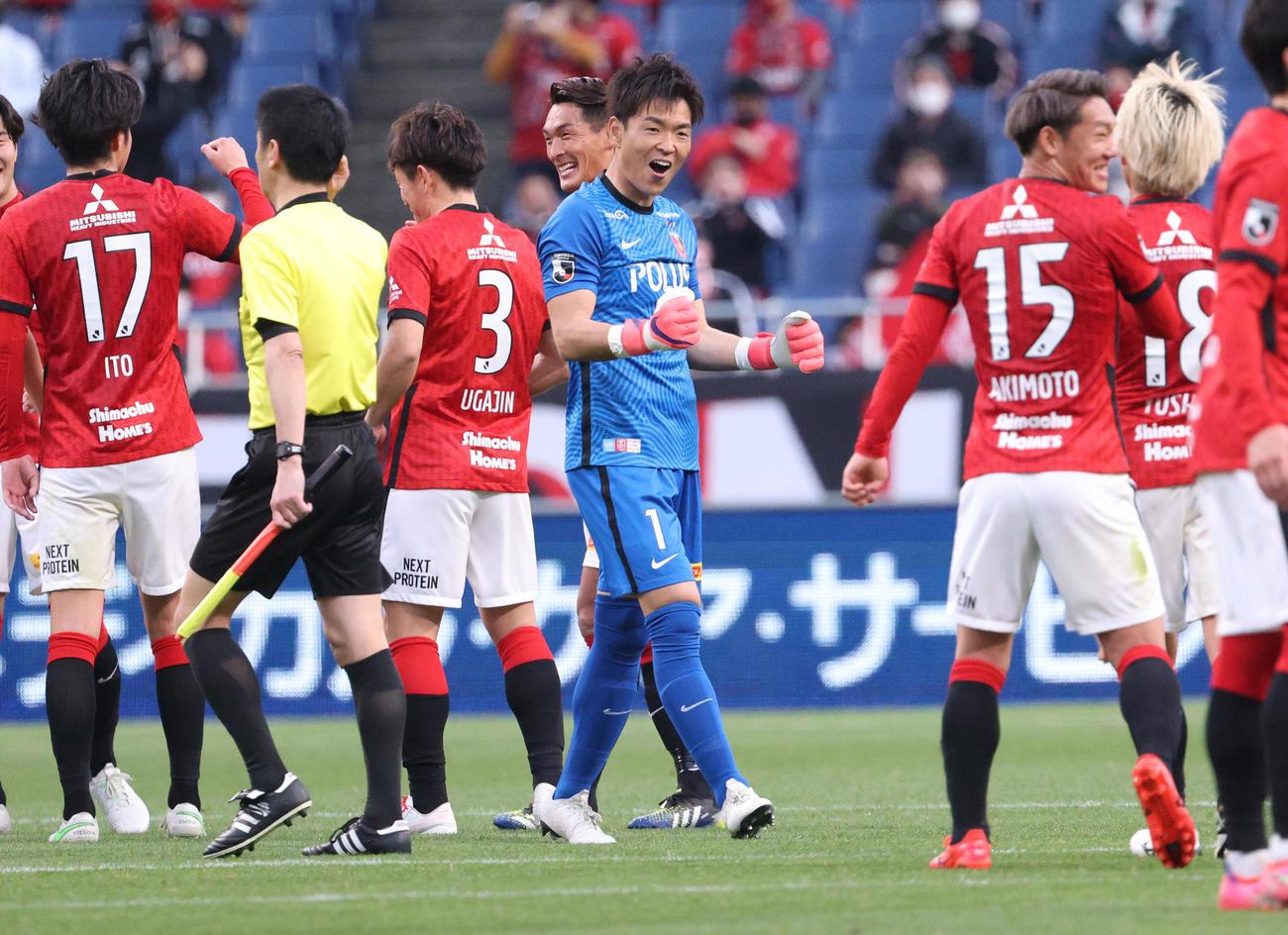 浦和対徳島 試合終了でガッツポーズする浦和GK西川(中央)と勝利を喜ぶイレブン(撮影・中島郁夫)