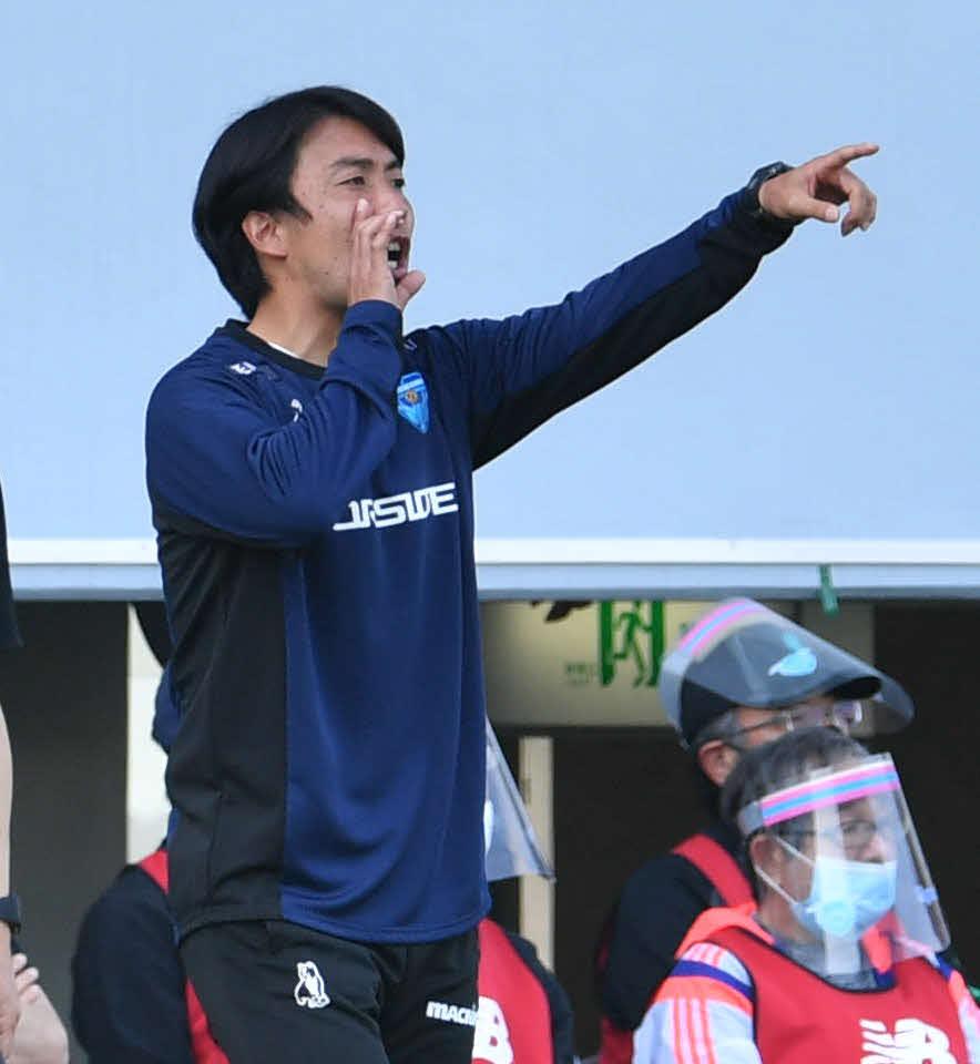 鳥栖対横浜FC 前半、イレブンに指示を出す横浜FC早川監督(撮影・岩下翔太)