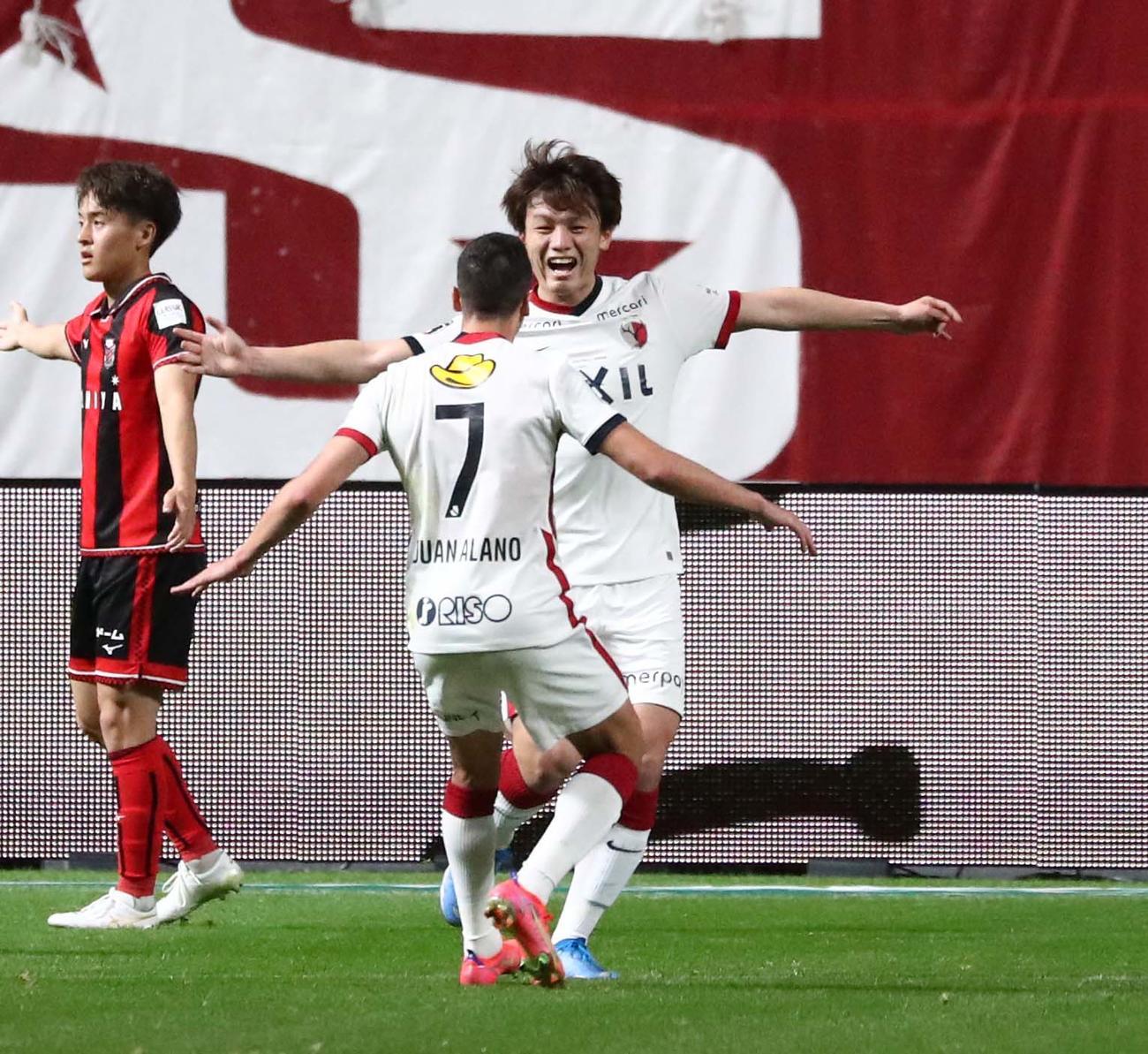札幌対鹿島 前半20分、ゴールを決め喜ぶFW上田(撮影・黒川智章)