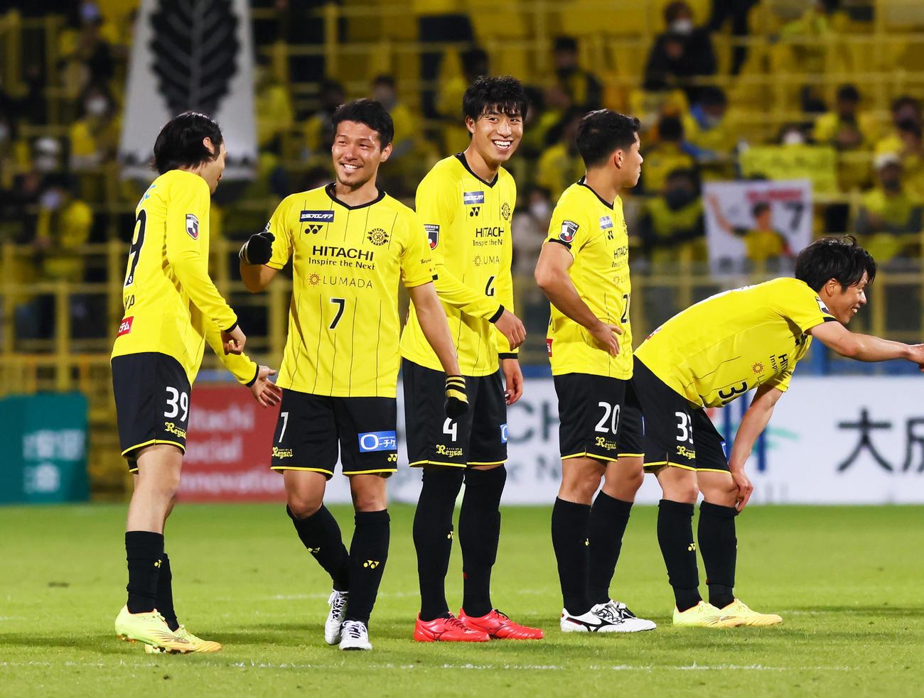 柏対G大阪 勝利し笑顔を見せる柏MF大谷(左から2人目)ら(撮影・足立雅史)