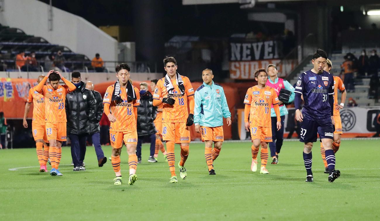 2021年4月7日の浦和戦、ホームで敗れて肩を落とす清水イレブン。前列右端はGK権田