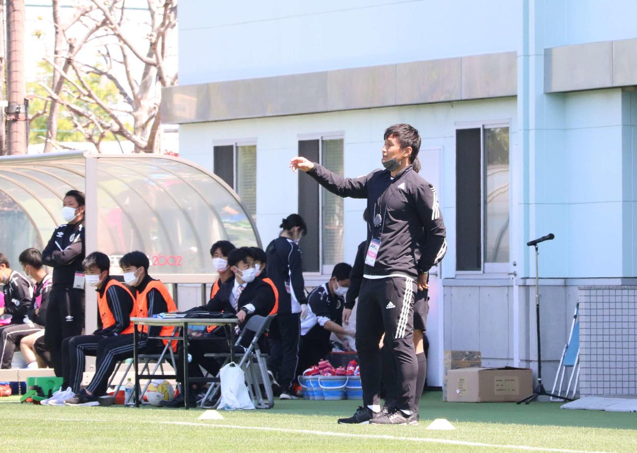 専修大と東京学芸大との試合で、テクニカルエリアから選手に指示をする専修大の安永聡太郎コーチ(右)