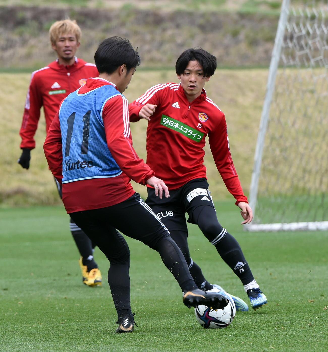 仙台MF富田(中央)がキープするボールを奪いにいくDF真瀬。左はDF平岡
