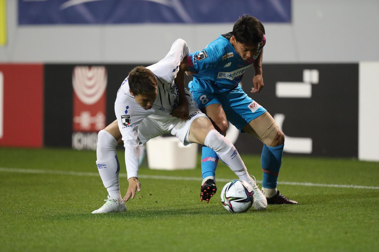 鳥栖対G大阪 前半、G大阪のDF昌子は体を張はりボールを奪う(撮影・屋方直哉)