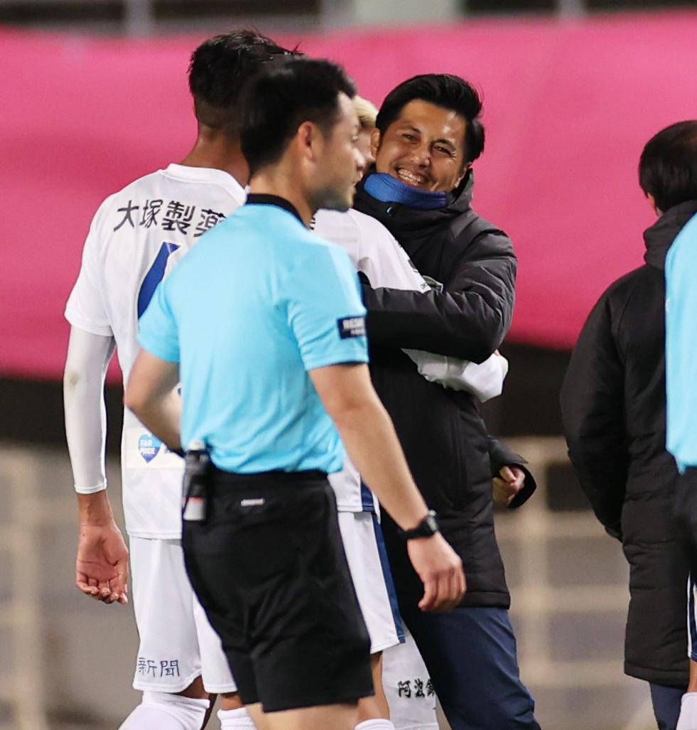 C大阪に勝利し選手を出迎える徳島の甲本ヘッドコーチ(右)(撮影・清水貴仁)
