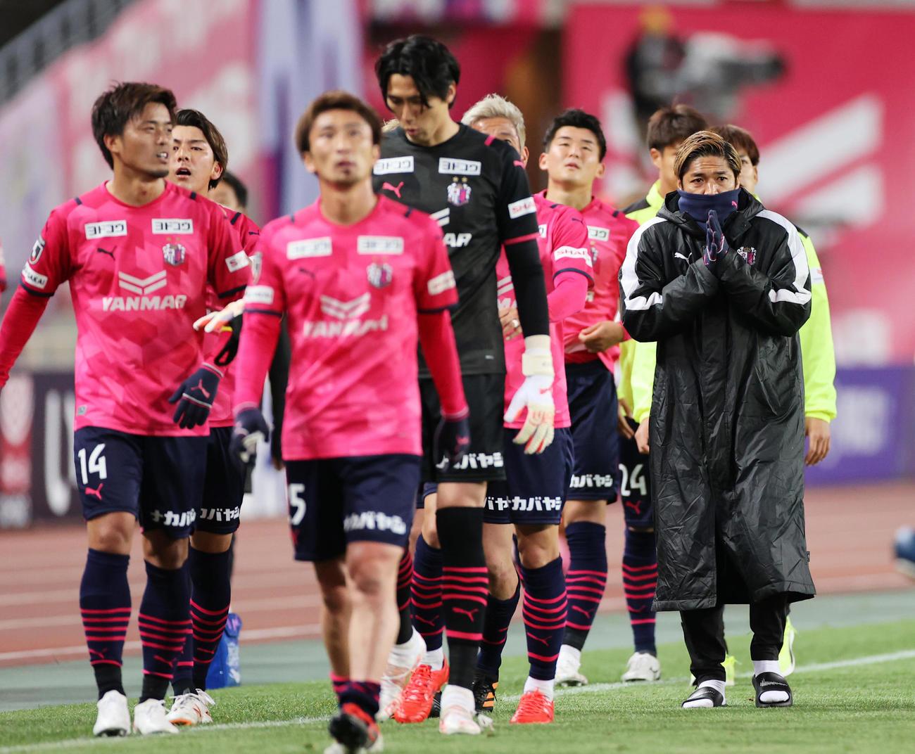 試合後のサポーターあいさつに向かうC大阪の選手たち、右は大久保嘉人