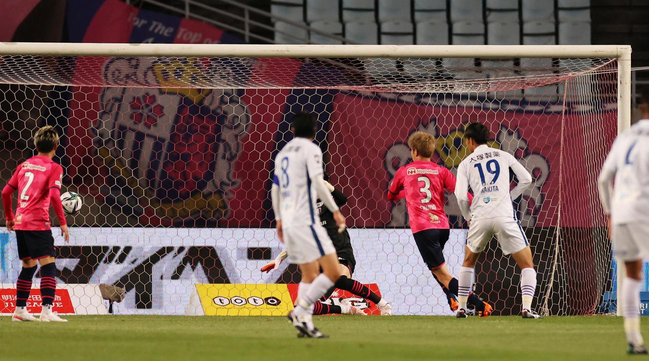 C大阪対徳島 後半45分、徳島MF岸本の右からのクロスが相手守備に当たり、C大阪のオウンゴールとなる(撮影・清水貴仁)