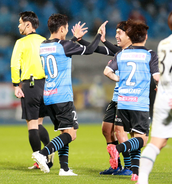 川崎F対福岡 後半、ゴールを決め川崎F・FW遠野(中央右)とタッチをかわす同FW知念(撮影・江口和貴)