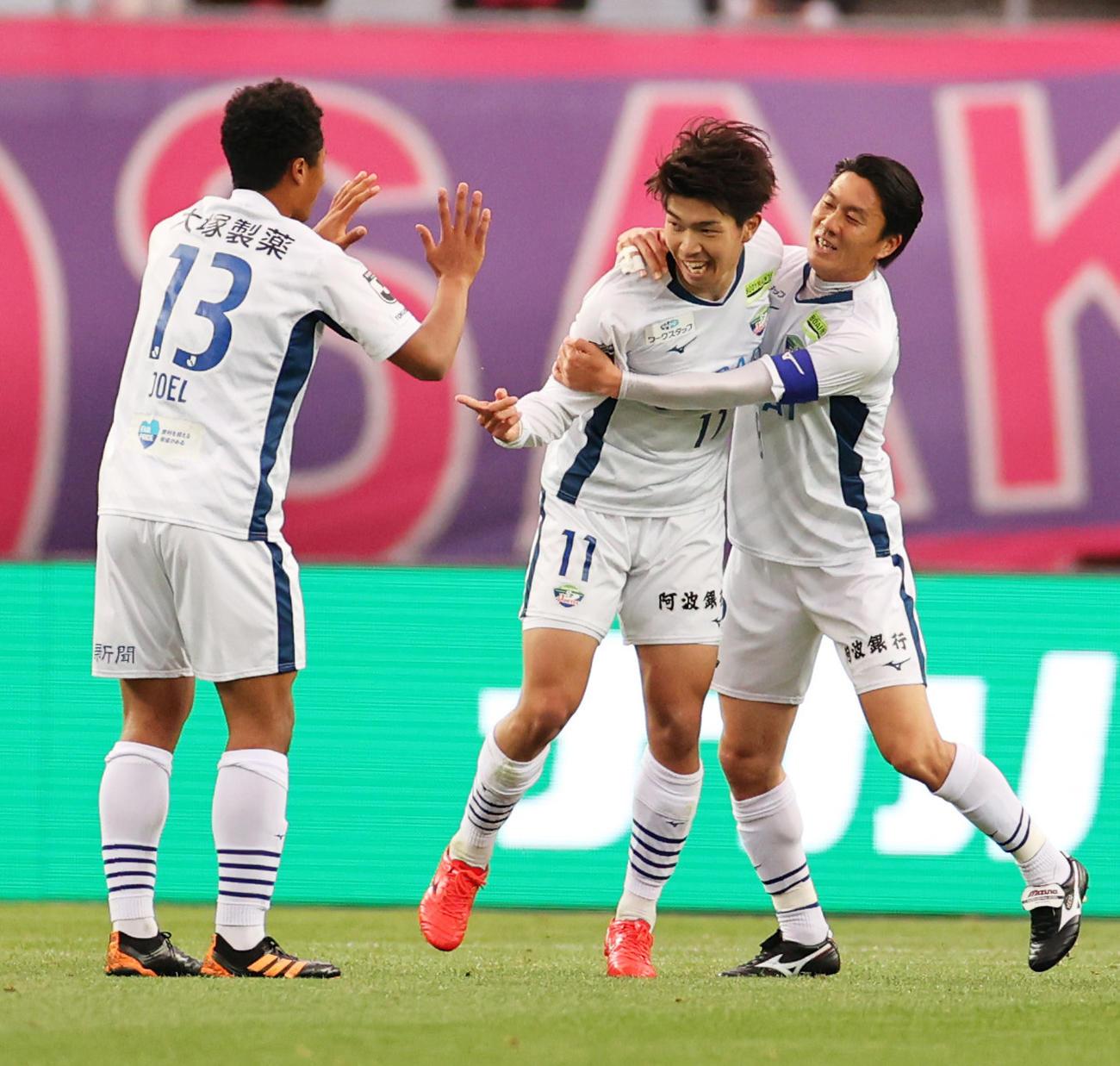 C大阪対徳島 前半、先制ゴールを決め、喜び合う徳島MF宮代(中央11)(撮影・清水貴仁)
