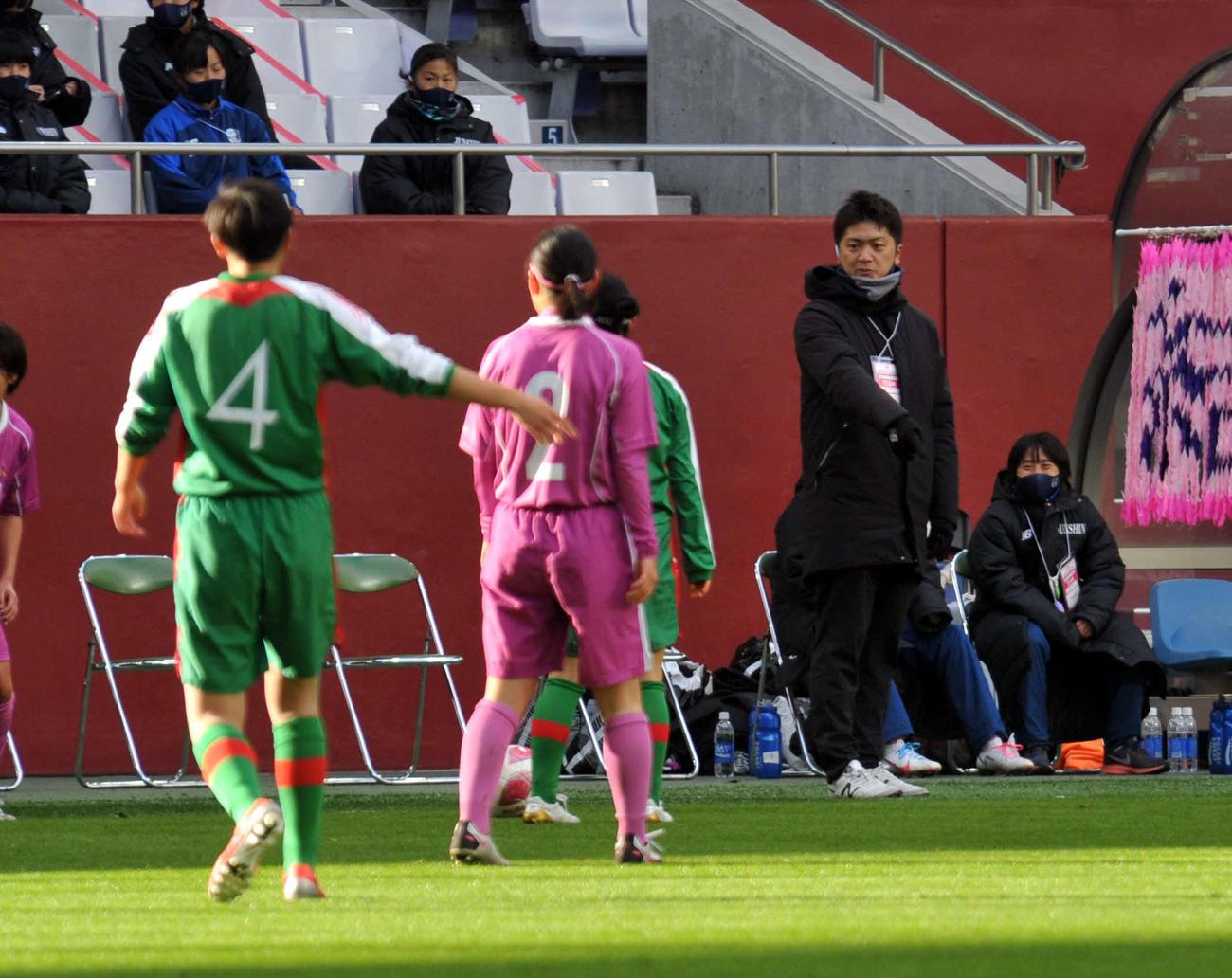 1月の全日本高校選手権決勝で、選手に指示を伝える中村氏(右)