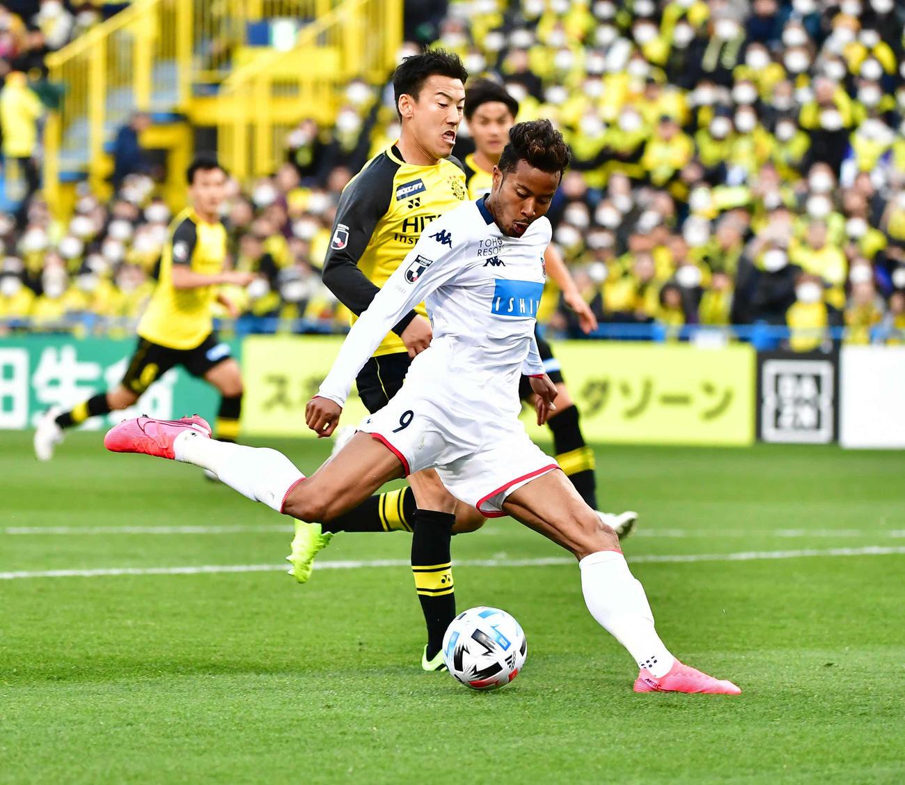 20年 J1柏対札幌 後半、札幌FW鈴木は柏DFをかわしゴールを奪う