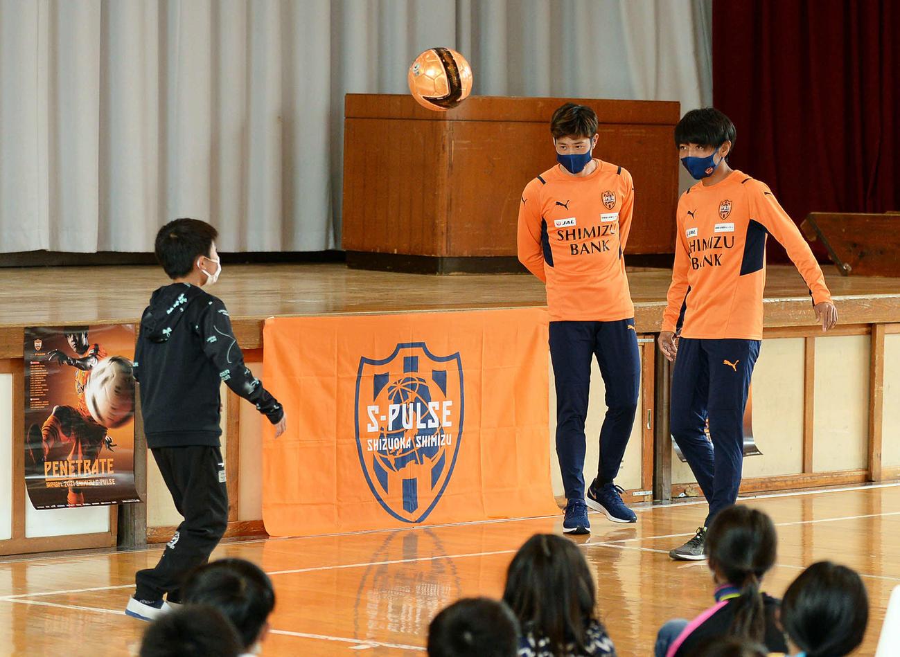 小学生とリフティングでパス交換する清水MF成岡(右)とMF鈴木
