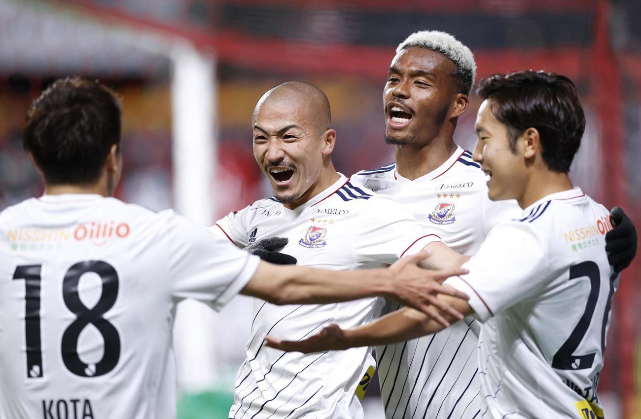 札幌対横浜 後半、決勝ゴールを決めて大喜びの横浜前田(中央)(共同)