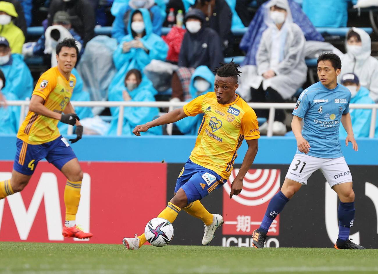 横浜FC対仙台 後半、ドリブルで攻めこむ仙台オッティ(中央)(撮影・垰建太)