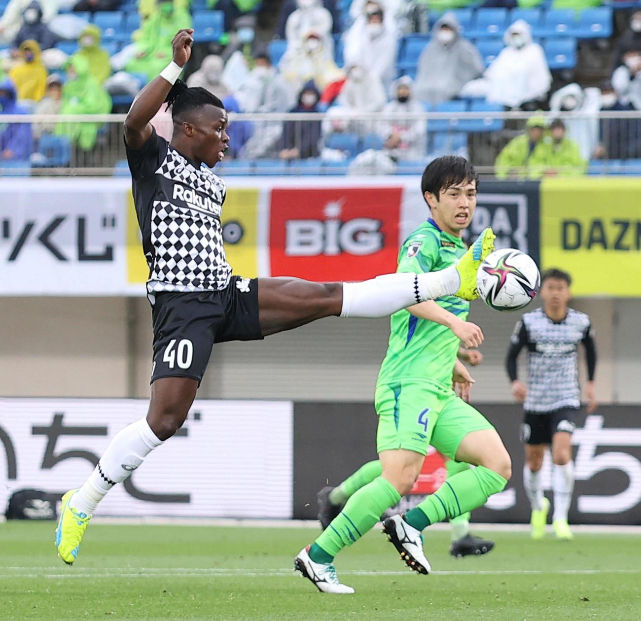 湘南対神戸 後半、ボールを合わせる神戸マシカ(左)と湘南舘(撮影・河田真司)