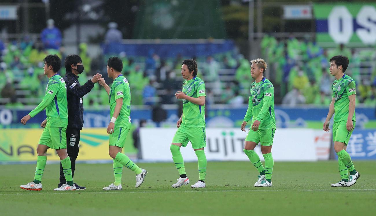 湘南対神戸 引き分けで試合を終え、選手を迎える湘南浮嶋監督(左から2人目)(撮影・河田真司)