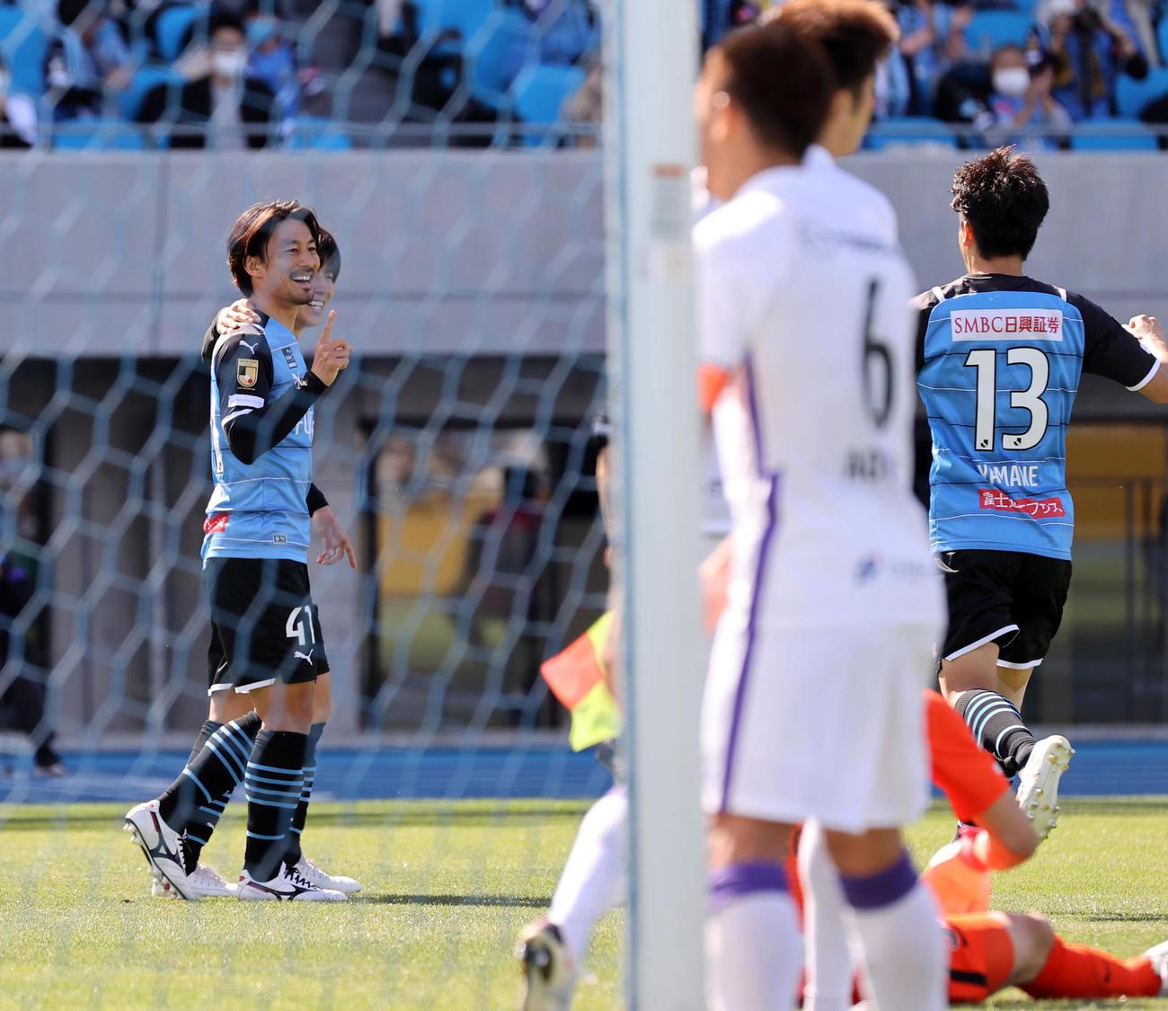 川崎F対広島 前半、左足で先制のゴールを決め笑顔を見せる川崎F家長(左)(撮影・垰建太)