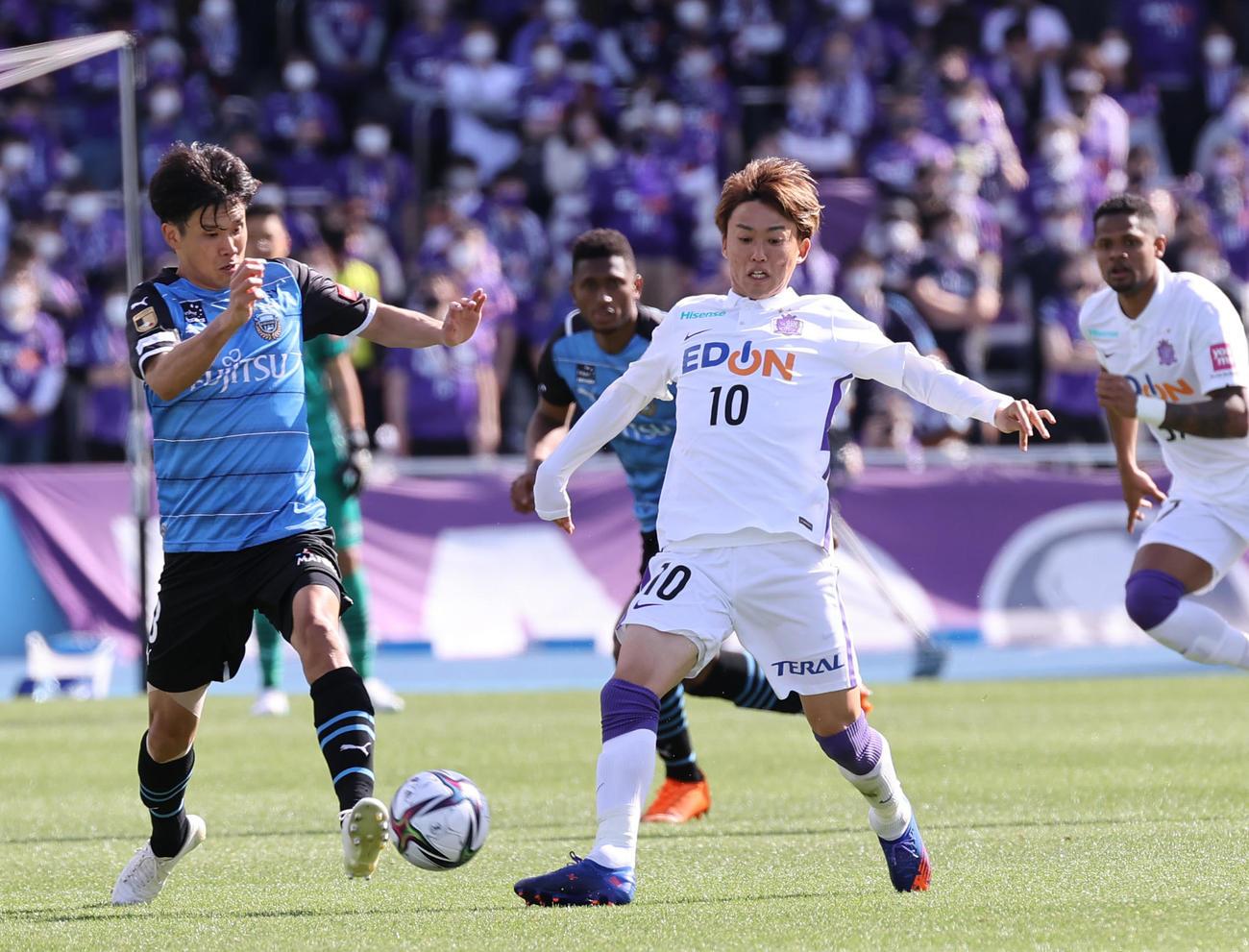 川崎F対広島 後半、競り合う広島森島(右)と川崎F山根(撮影・垰建太)