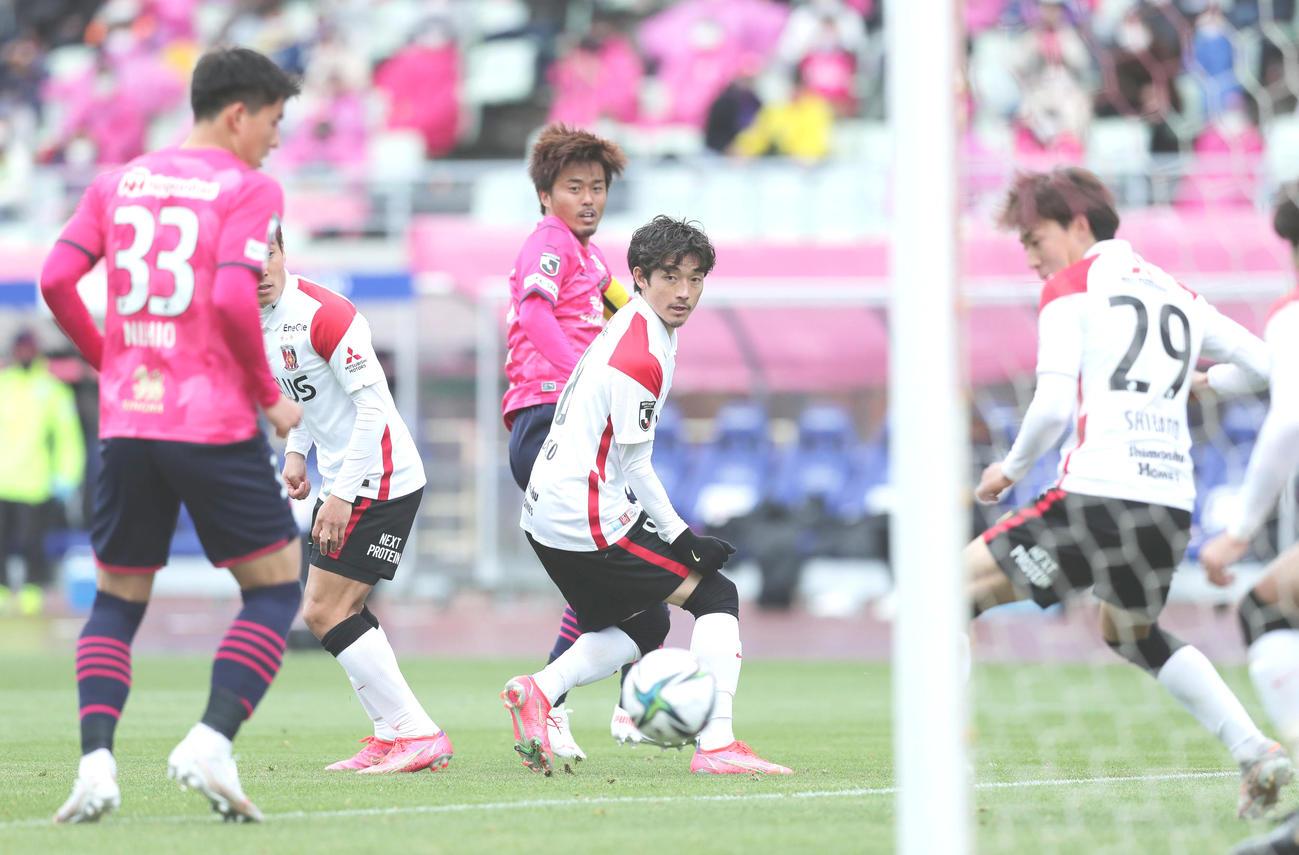 C大阪対浦和 後半、CKのこぼれ球から先制ゴールを決めるC大阪丸橋(中央左)(撮影・前田充)