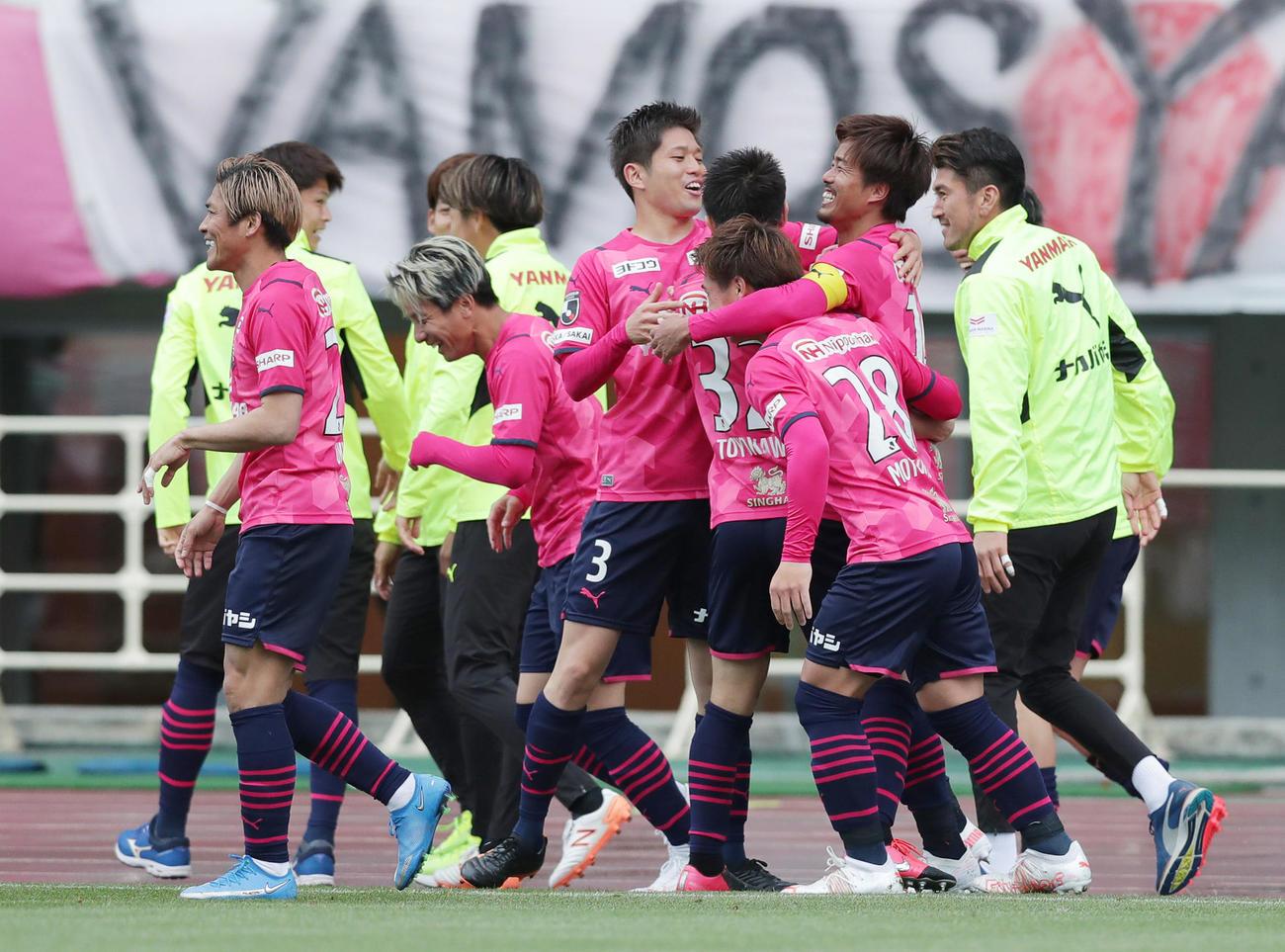 C大阪対浦和 後半、先制ゴールを決めたC大阪丸橋(右から2人目)はイレブンから祝福され笑顔を見せる(撮影・前田充)