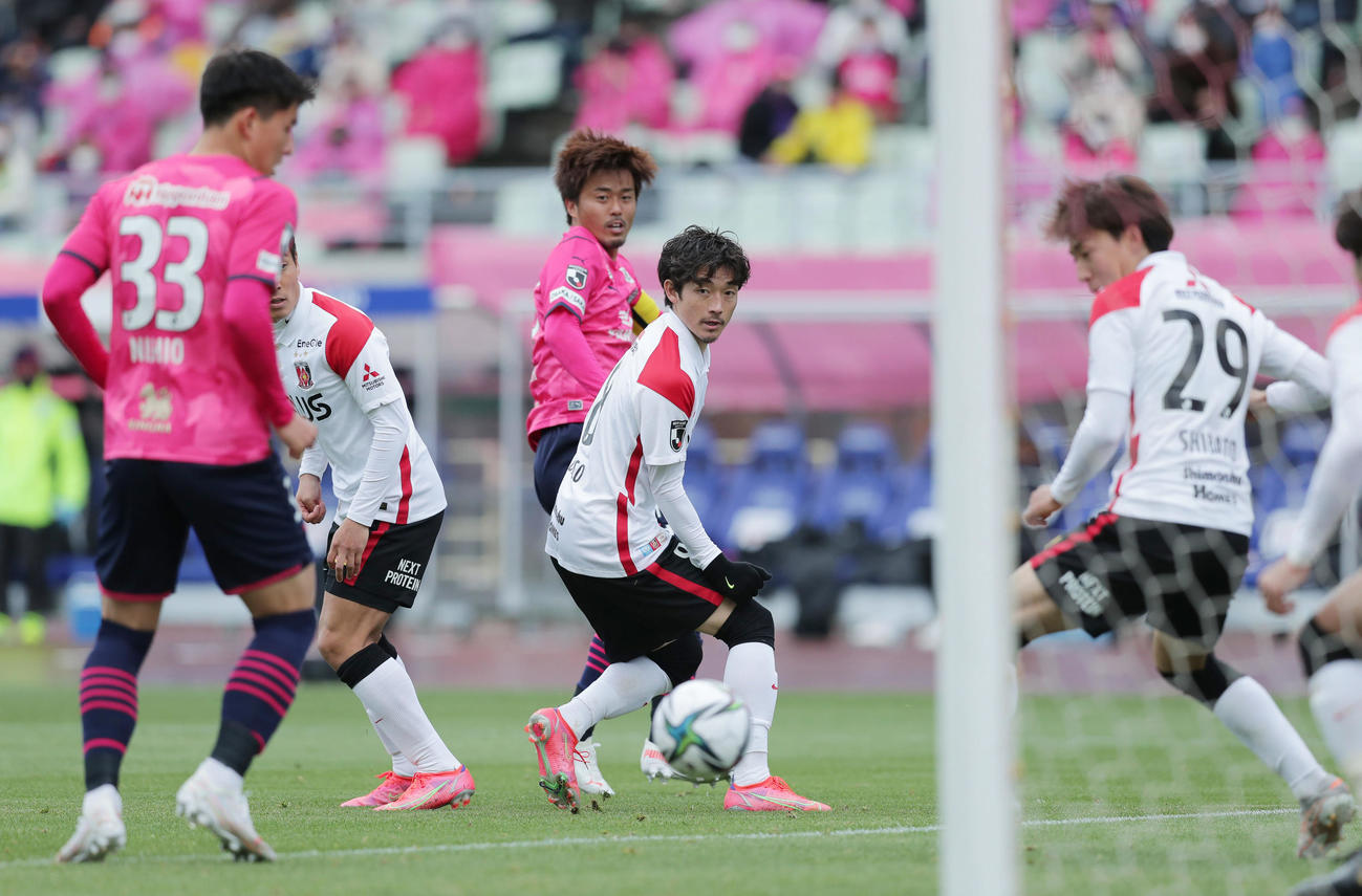 C大阪対浦和 後半、CKのこぼれ球から先制ゴールを決めるC大阪丸橋(中央奥)(撮影・前田充)