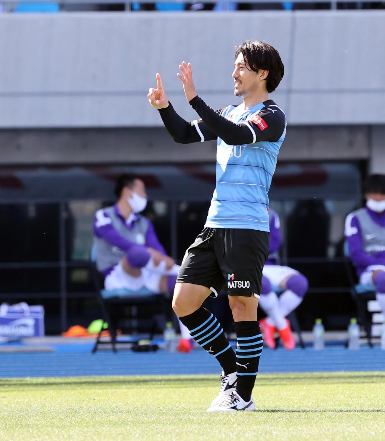 川崎F対広島 前半、左足で先制のゴールを決めポーズを決める川崎F家長(撮影・垰建太)