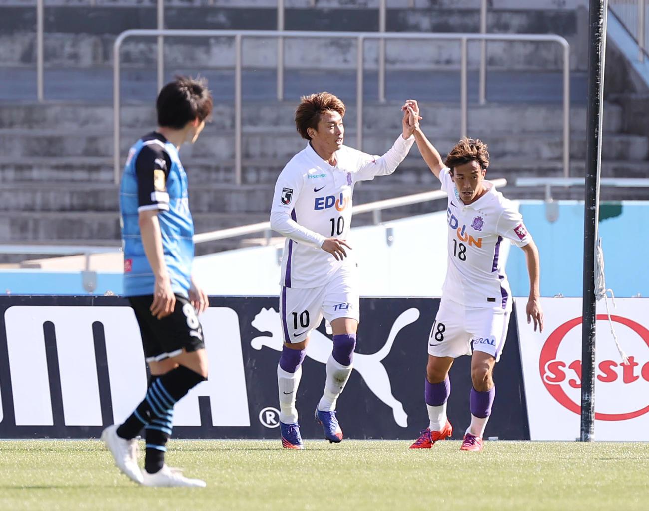 川崎F対広島 後半、ゴールを決めた広島森島(中央)は柏とタッチを交わす(撮影・垰建太)