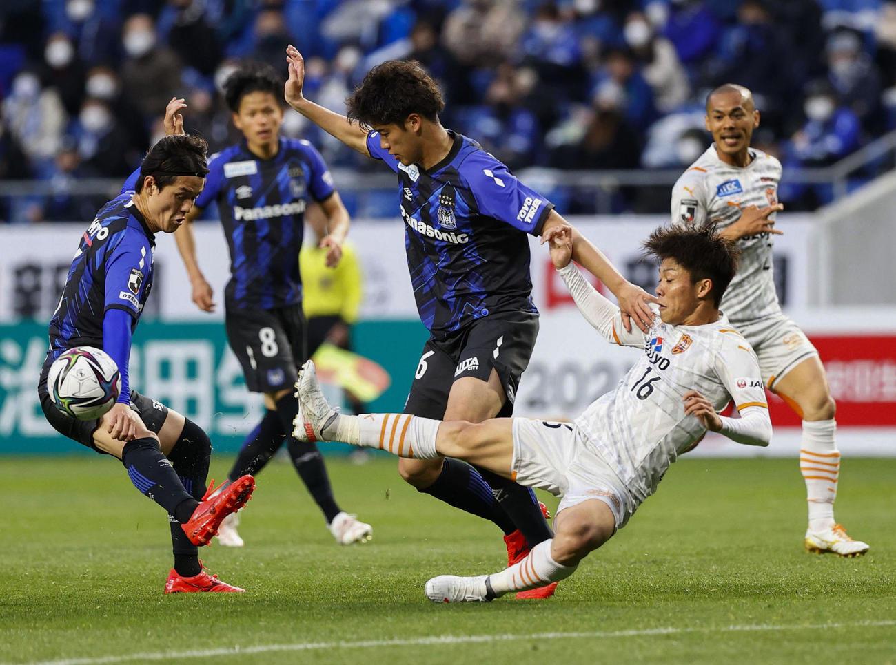 G大阪対清水 後半、競り合うG大阪佐藤(中央)と清水西沢(右)