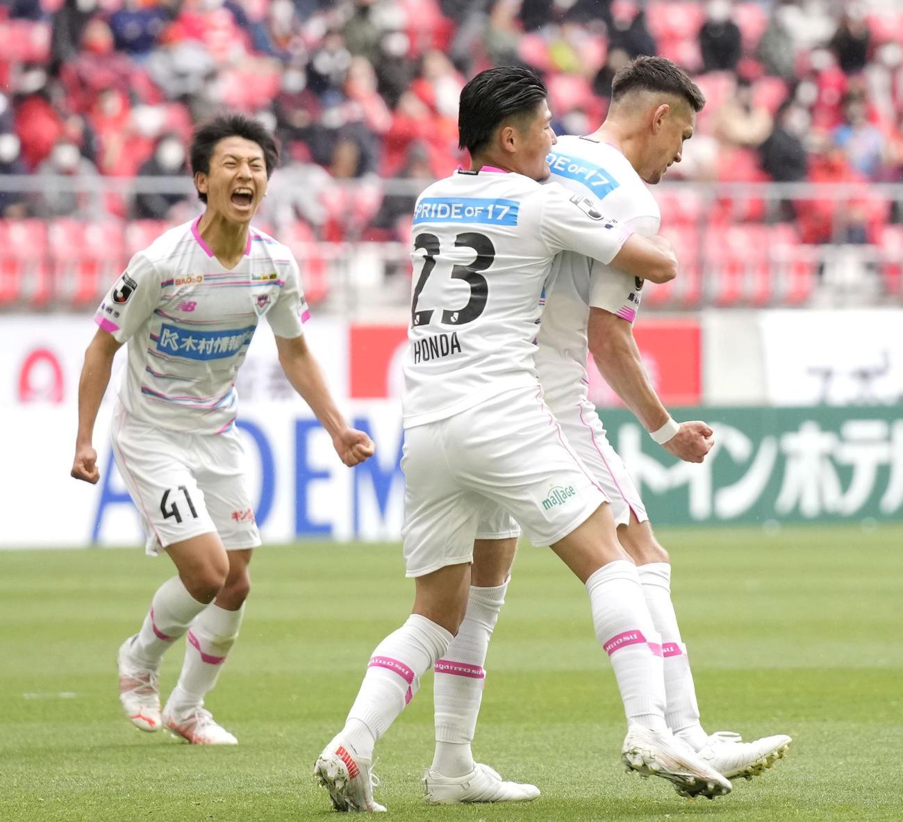 名古屋-鳥栖 前半、チーム2点目のゴールを決め、鳥栖本田に祝福される酒井(右)(共同)