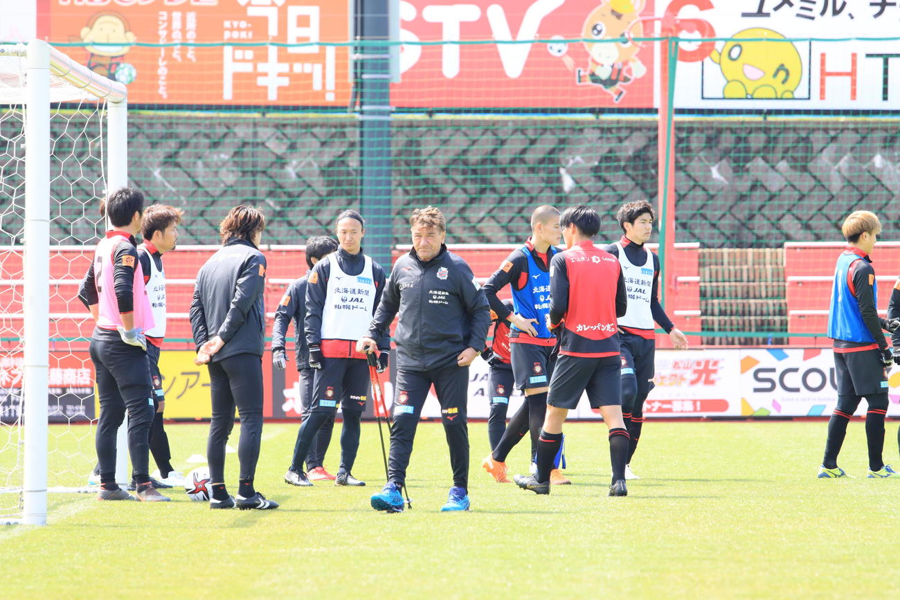 ルヴァン杯鹿島戦前日練習を行う札幌の選手ら。手前中央はペトロビッチ監督(撮影・保坂果那)