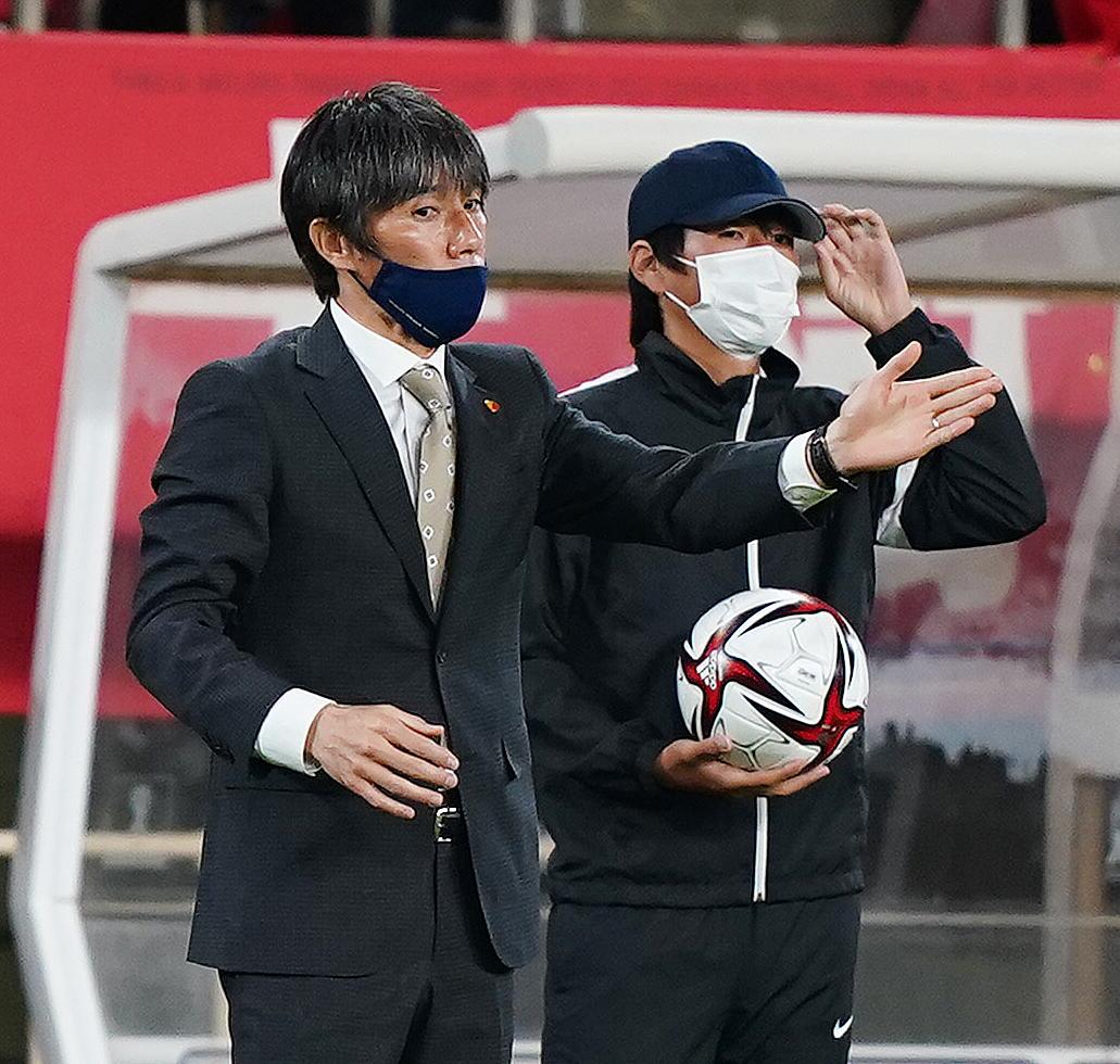 鹿島対札幌 前半、選手に指示を出す鹿島相馬監督(撮影・菅敏)