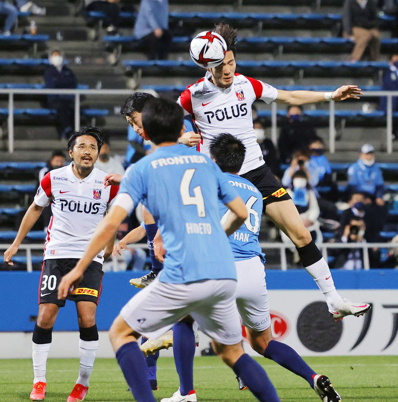 横浜FC―浦和 前半、ヘディングで同点ゴールを決める浦和・杉本(奥右端)(共同)