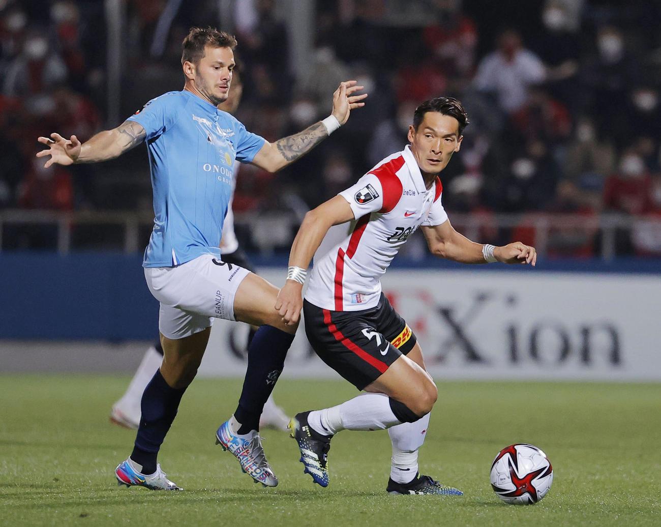 横浜FC―浦和 後半、競り合う横浜FC・クレーベ(左)と浦和・槙野(共同)