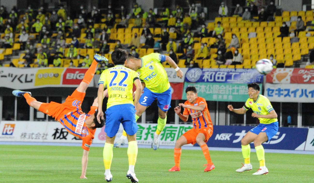 矢村が2試合連続ゴールをオーバーヘッドで決め、先制