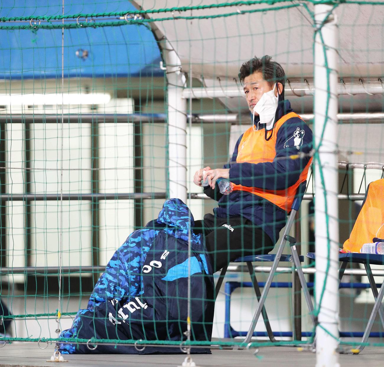 横浜FC対浦和 試合開始前、ベンチ入りする横浜FCカズ(撮影・河田真司)