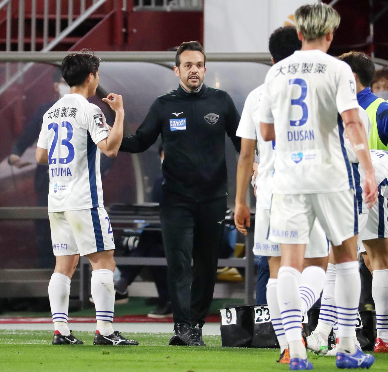 神戸対徳島 前半、飲水タイムで選手に指示を伝えるポヤトス監督(撮影・加藤哉)