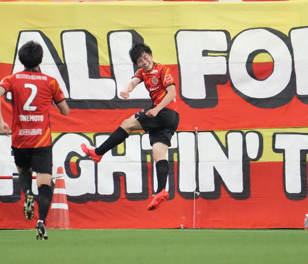名古屋対G大阪 後半、チーム2点目のゴールを決め喜ぶ名古屋相馬(右)(撮影・森本幸一)