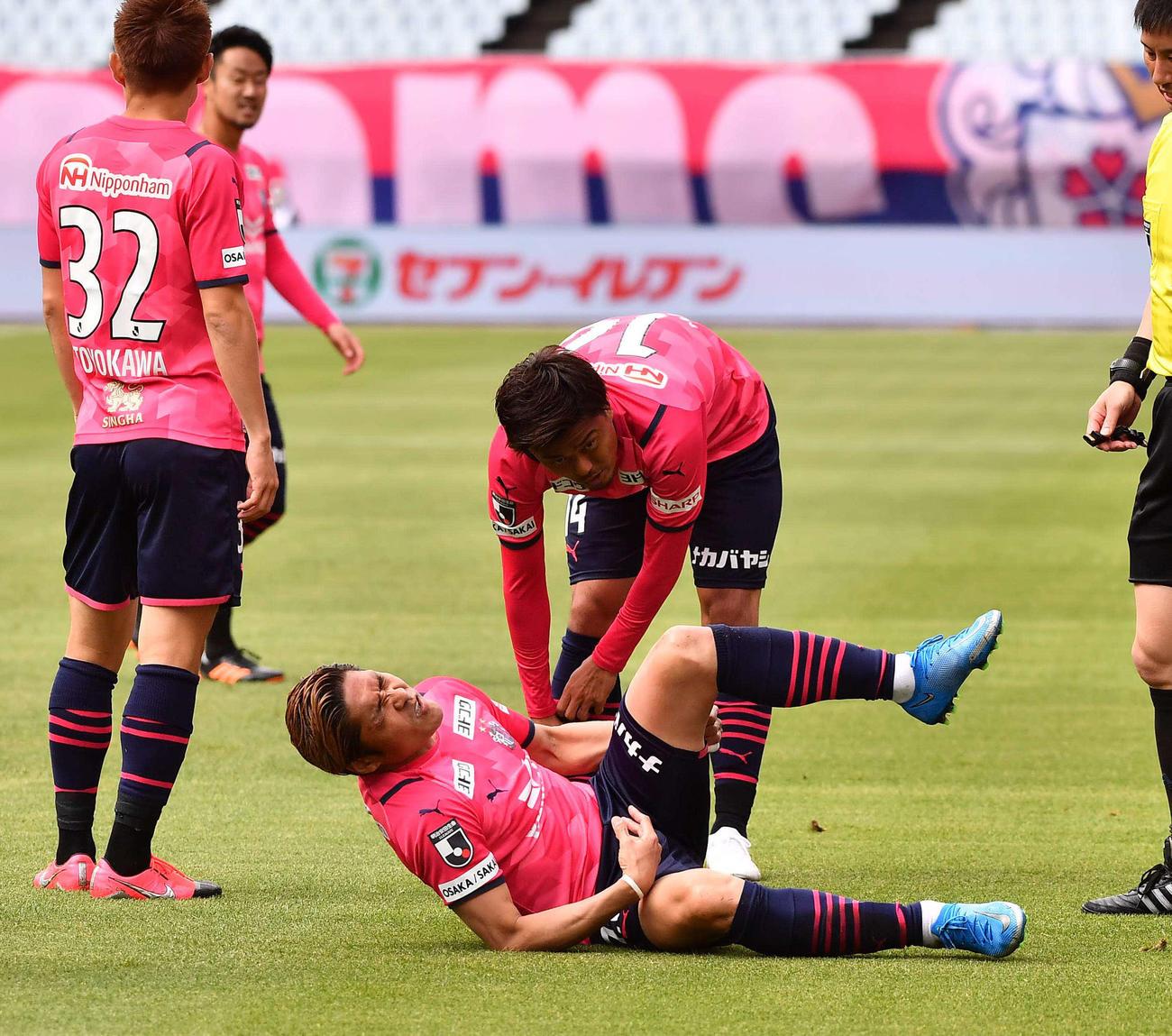 C大阪対G大阪 前半、左足を負傷して倒れ込むC大阪大久保(手前)(撮影・上田博志)