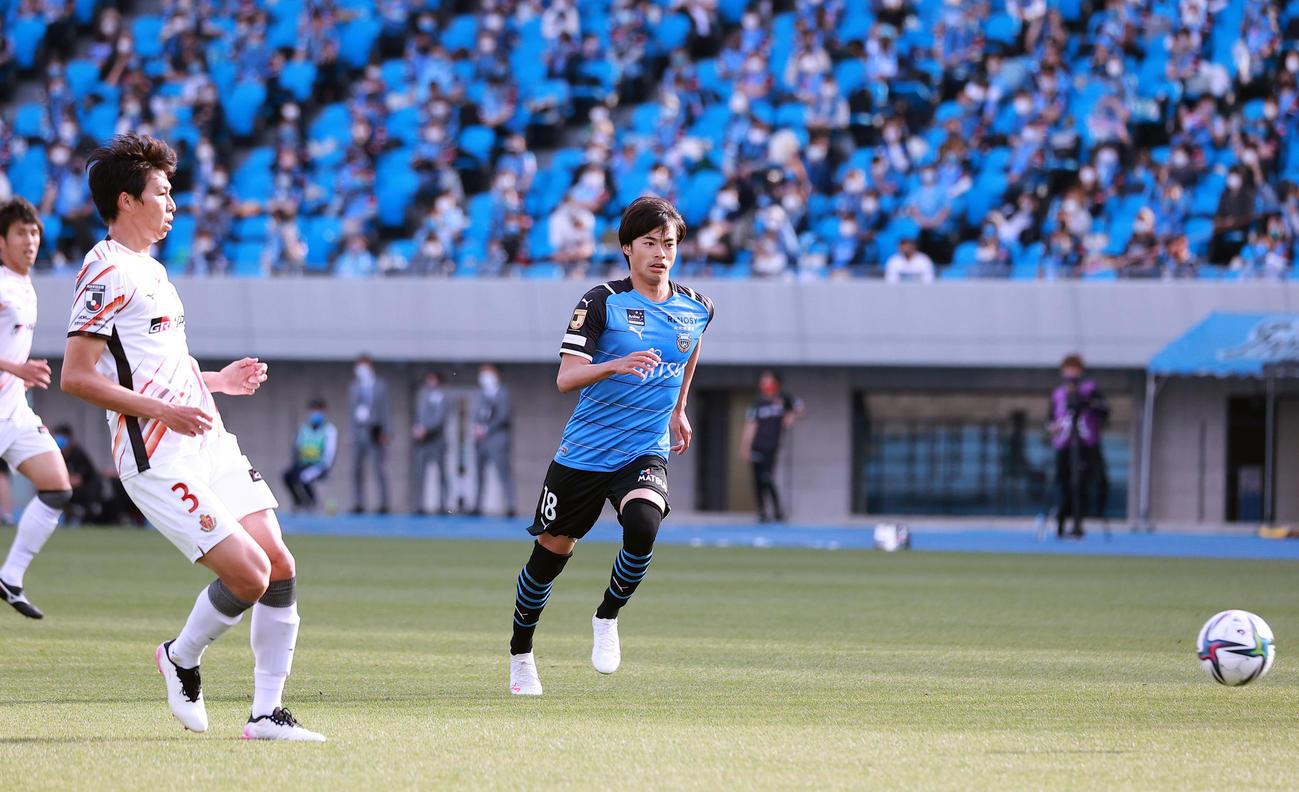 川崎F対名古屋 後半、名古屋丸山(左)が後方にパスを出したが、受ける選手がおらず、そのままオウンゴールとなる。右は川崎F三笘(撮影・浅見桂子)