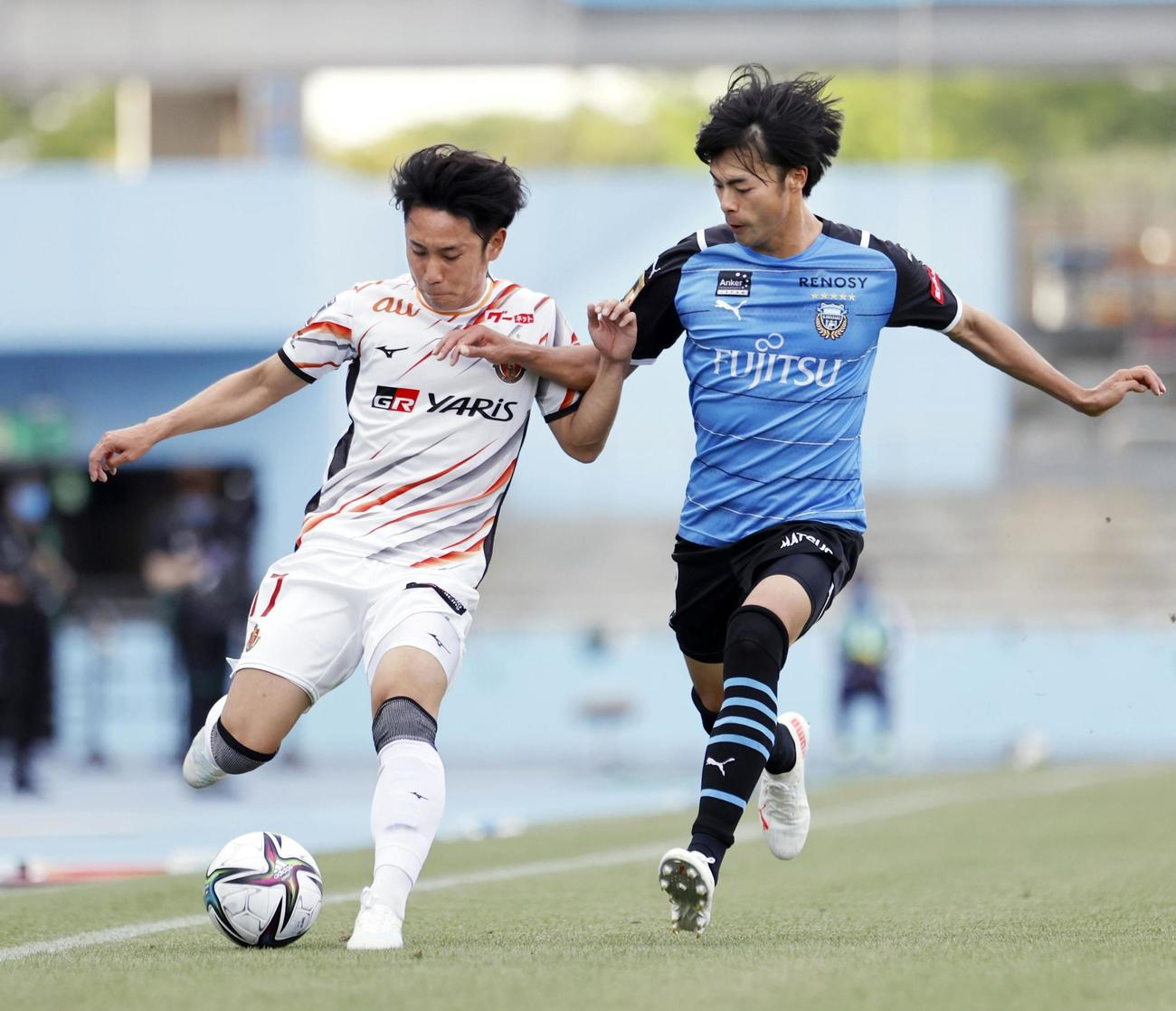 後半、競り合う名古屋森下(左)と川崎F三笘(共同)