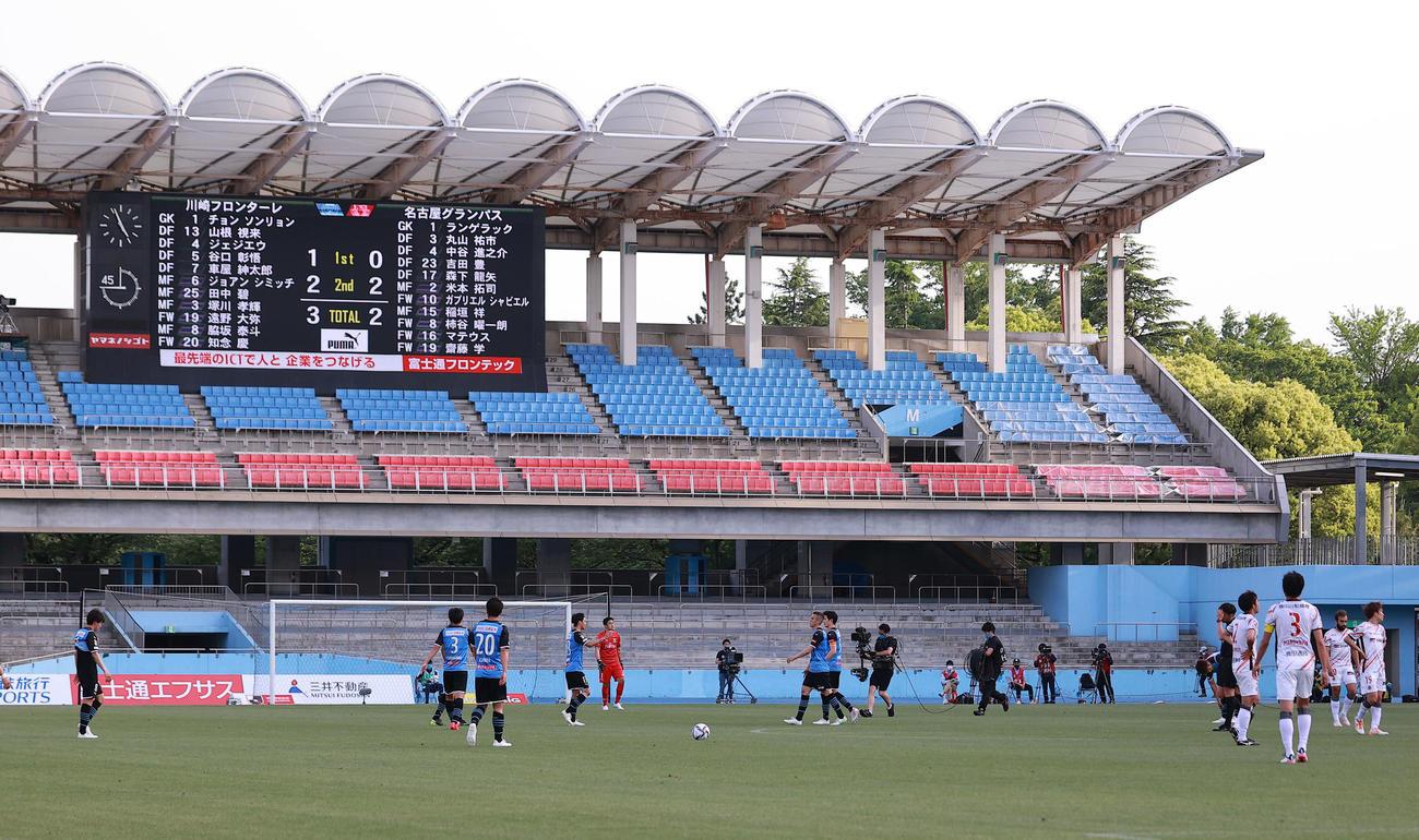 川崎F対名古屋 3-2で逃げ切り勝利し、スコアボードの下でほっとした表情で喜び合う川崎Fイレブン(撮影・浅見桂子)