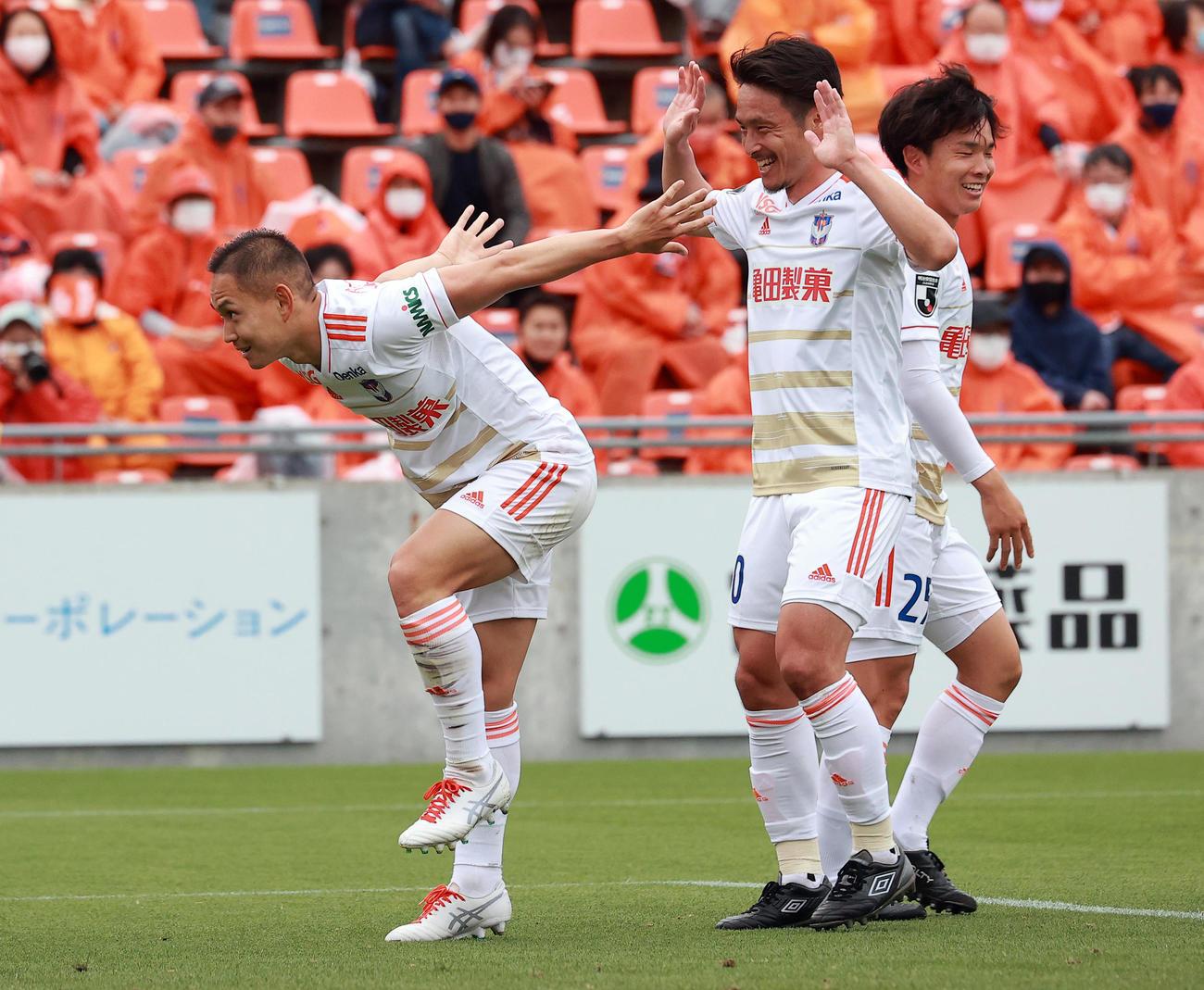 大宮対新潟 前半、ゴールを決めた新潟早川(左)はスタンドに羽ばたくようなポーズを決める(撮影・浅見桂子)