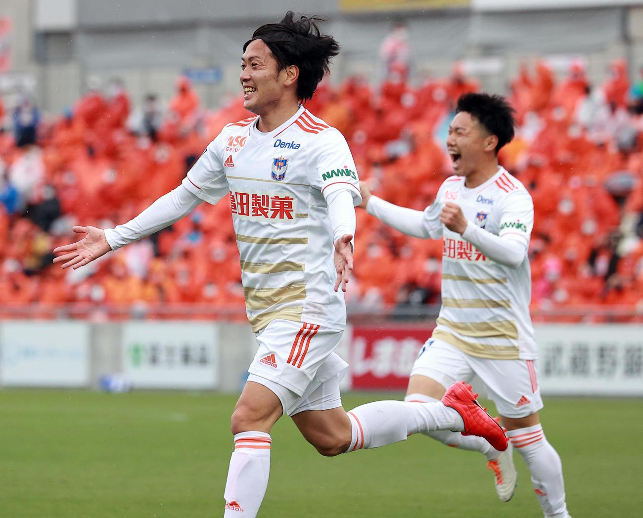 大宮対新潟 後半、勝ち越しゴールを決め、笑顔でベンチに向かって走る新潟星(手前)(撮影・浅見桂子)