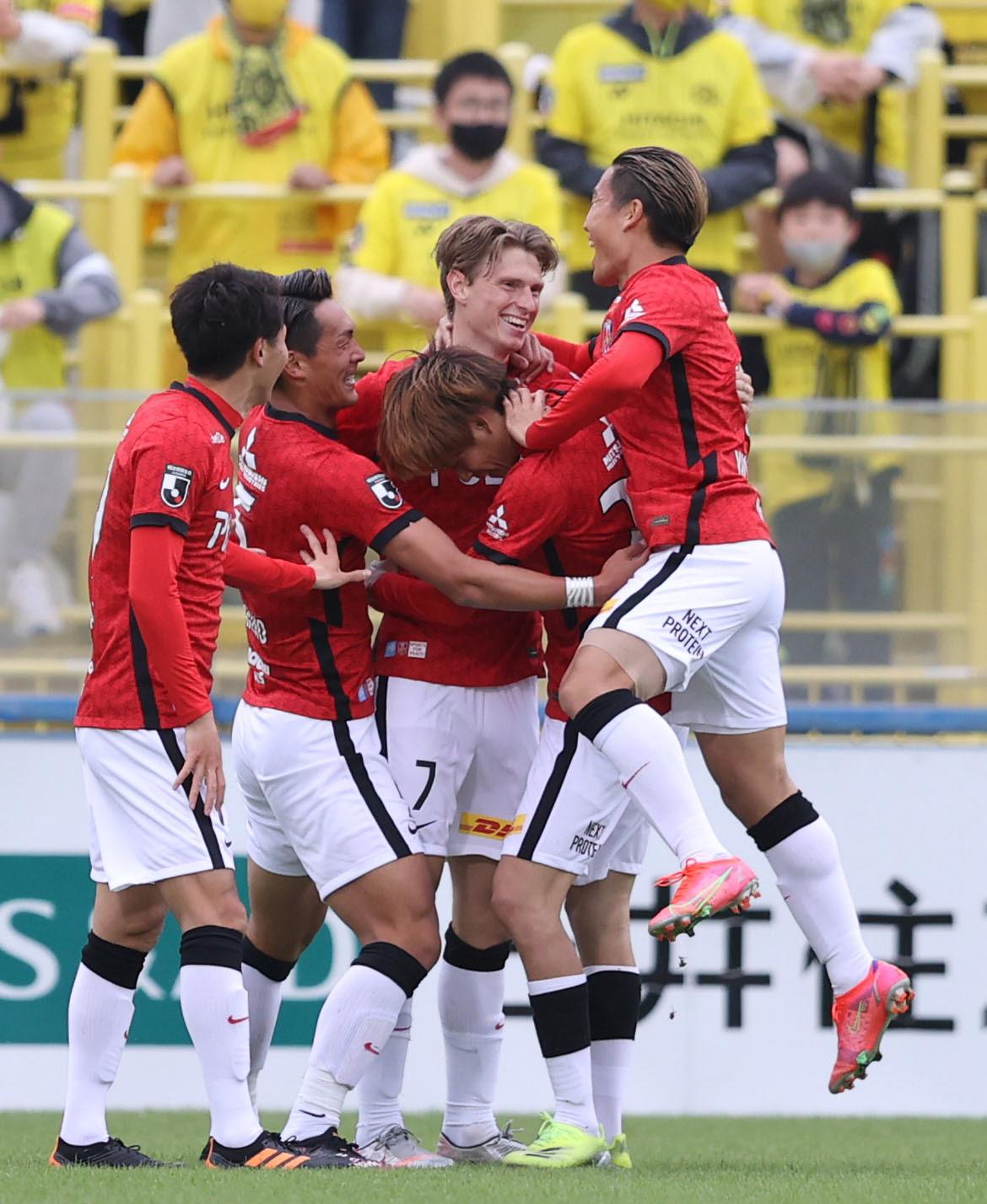 柏対浦和 前半、先制ゴールを決め、チームメートと喜び合う浦和ユンカー(中央)(撮影・狩俣裕三)
