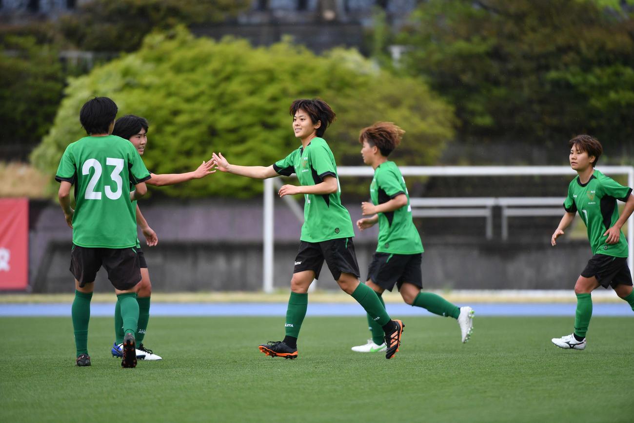 直近の練習試合で得点して喜ぶ日テレ東京V・FW小林里歌子(中央)(c)TOKYO VERDY
