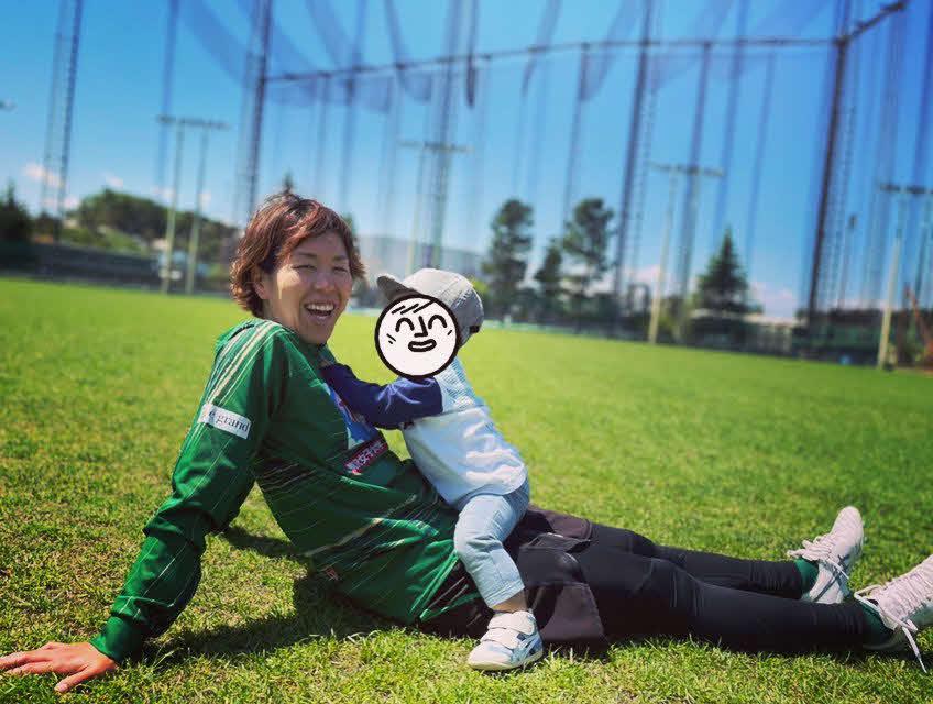 満面の笑みで長男と遊ぶ、日テレ東京V・DF岩清水(C)TOKYO VERDY