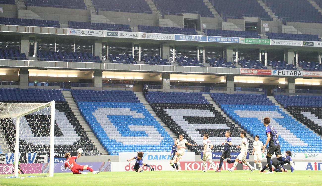 G大阪対川崎F 前半41分、左サイドからのパスを左足で合わせ先制ゴールを決める川崎Fレアンドロ・ダミアン(中央)(撮影・清水貴仁)