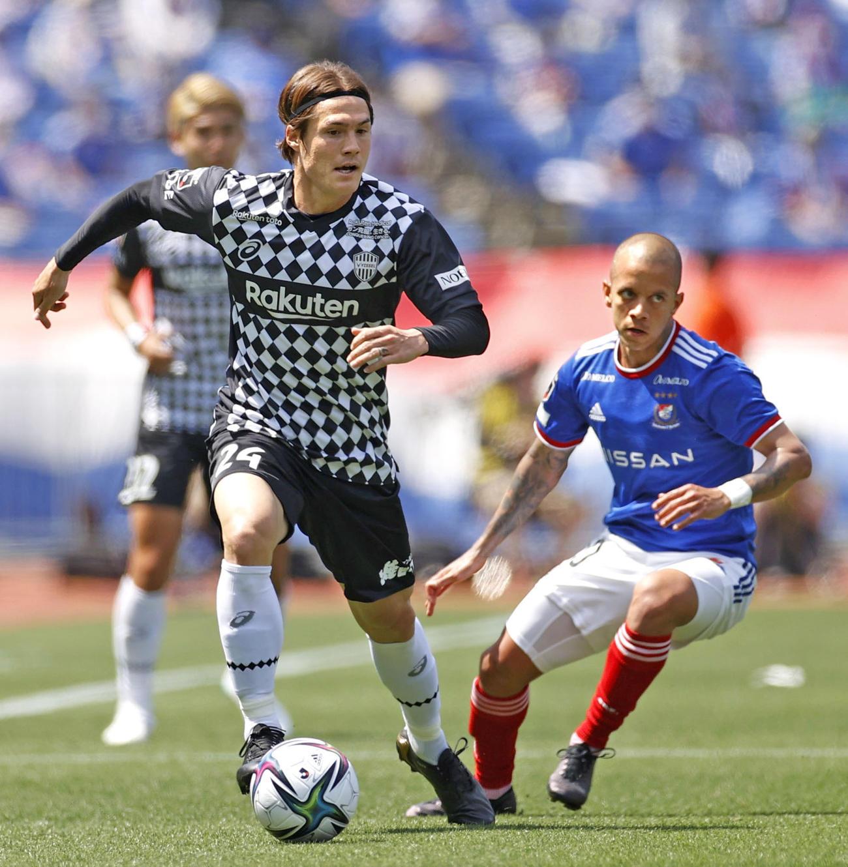 横浜対神戸 前半、ボールをキープする神戸・酒井(左)(共同)