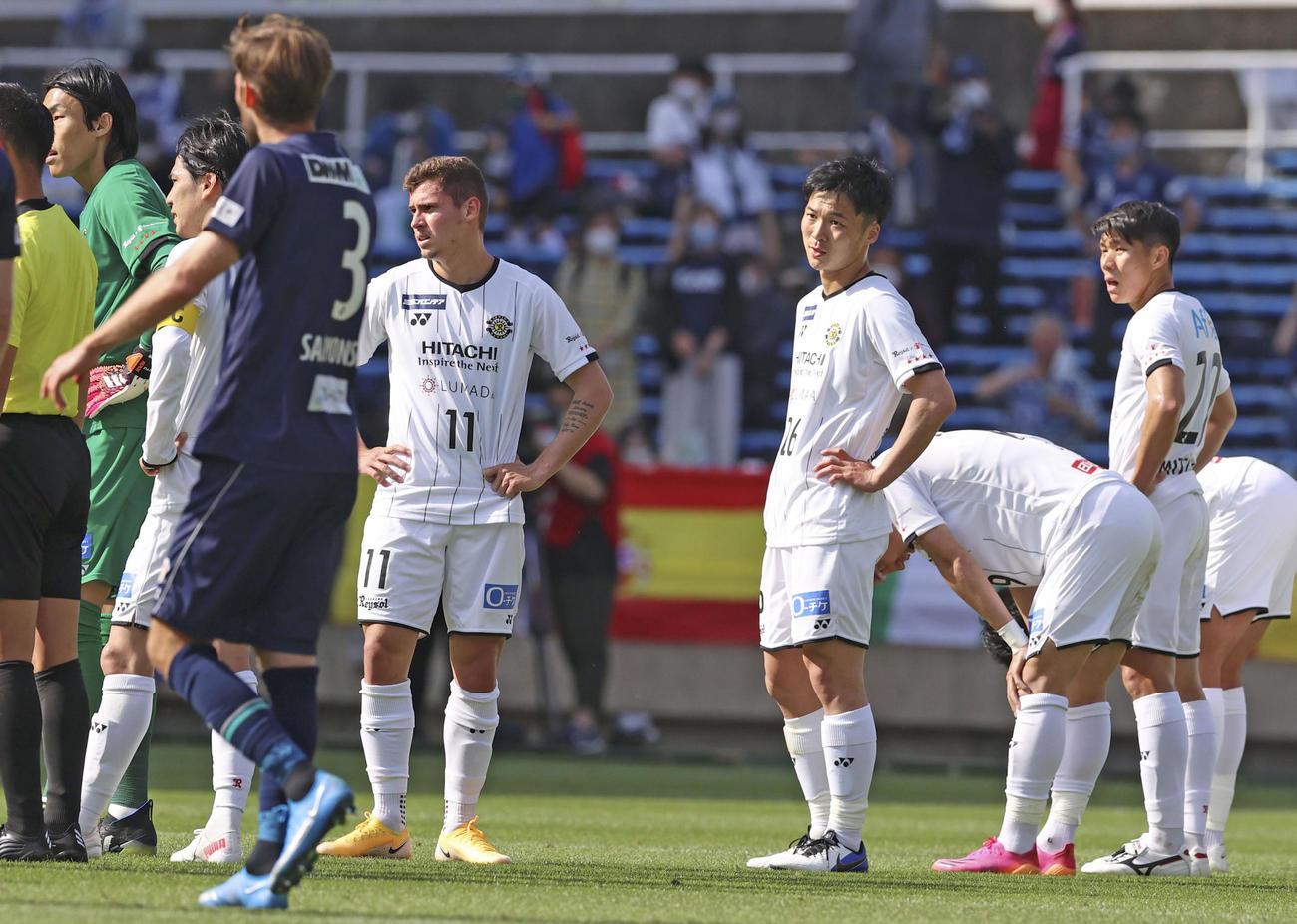 福岡に敗れ、肩を落とす柏イレブン